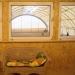 Große Fenster erlauben einen direkten Blick aus dem Seminarraum in die Halle